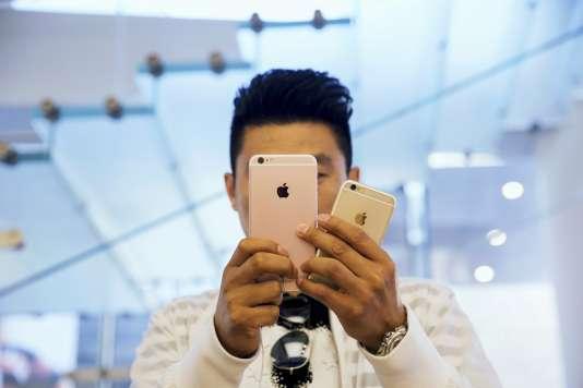 Un homme teste les derniers modèles d'iPhones à Pékin, le 25 septembre.