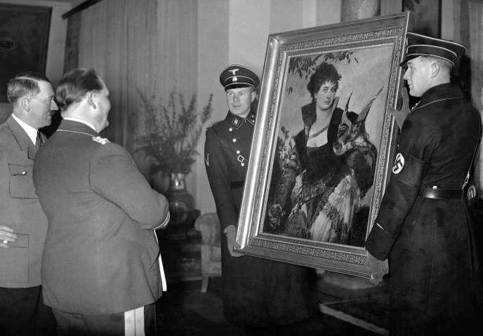 Adolf Hitler offrant à Hermann Göring