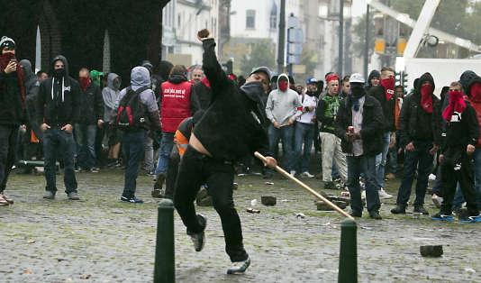 Affrontements entre quelques manifestants et forces de l'ordre lors d'une marche contre les mesures d'austérité du gouvernement de Charles Michel.