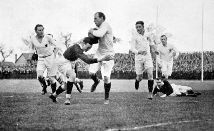 Ronald Poulton-Palmer (premier à droite en maillot clair) lors d'un match au Tournoi des cinq nations entre l'Angleterre et l'Ecosse, à Londres, le 15 mars 1913.
