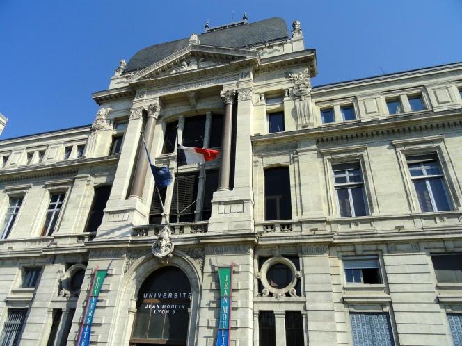 A l'université Jean-Moulin-Lyon-III, les étudiants en lettres en masters recherche peuvent suivre un cursus en partenariat avec l'Institut d'administration des entreprises (IAE).