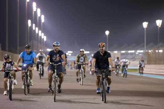 Le prince héritier d'Abou Dhabi, Mohammed ben Zayed Al Nahyane, adore faire du vélo sur le circuit de Formule 1, la preuve sur cette photo transmise en 2013 par l'agence de presse officielle des Emirats arabes unis.