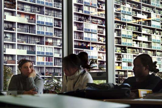 """La Courneuve, en banlieue parisienne, dans une """"Ecole de la deuxième chance"""" permettant à des jeunes sortis du système scolaire sans qualification d'intégrer le marché de l'emploi."""