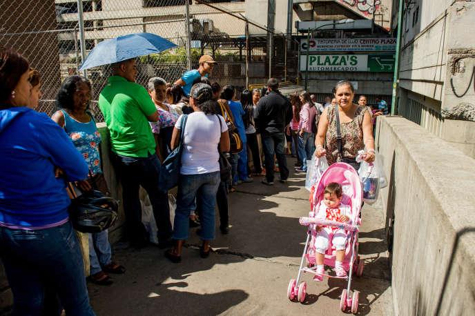 Des habitants de Caracas font la queue devant un supermarché, le 3 février 2015.