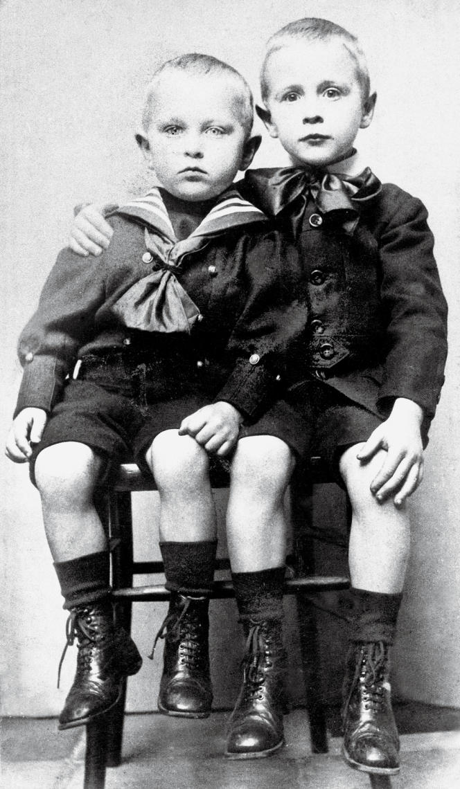 Georges Simenon avec son frère cadet Christian (à gauche), vers 1907-1908.