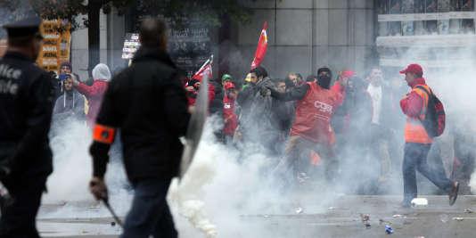 Des manifestants antiaustérité jettent des pierres en direction de la police mercredi 7 octobre à Bruxelles.