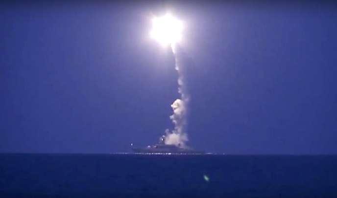 Tir d'un missile de croisière naval par la Russie sur la Syrie depuis lamer Caspienne, mercredi 7octobre.