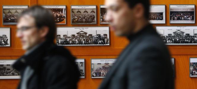 Photos d'anciennes promotions de l'ENA dans le hall de l'école, à Strasbourg.