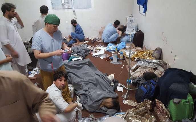 Du personnel de MSF soigne des patients dans l'hôpital de Kunduz, le 3 octobre, le lendemain du bombardement qui a fait 22 morts.