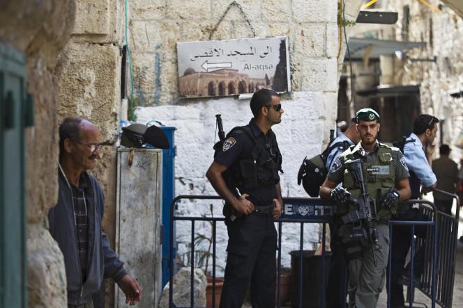 Des policiers israéliens devant une entrée de l'esplanade des Mosquées, à Jérusalem.