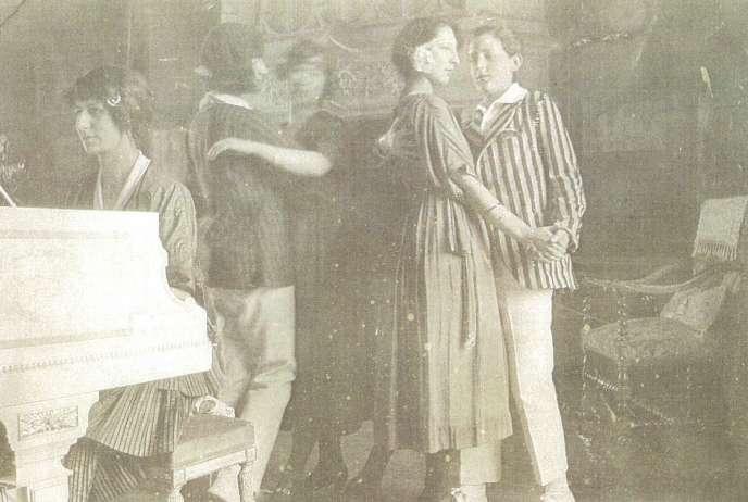 """Parmi les """"occupants"""" indésirables du château de Fougeret figurerait Alice (au piano sur cette photo d'archive), une jeune fille décédée d'une maladie des reins en 1923, à 21 ans."""