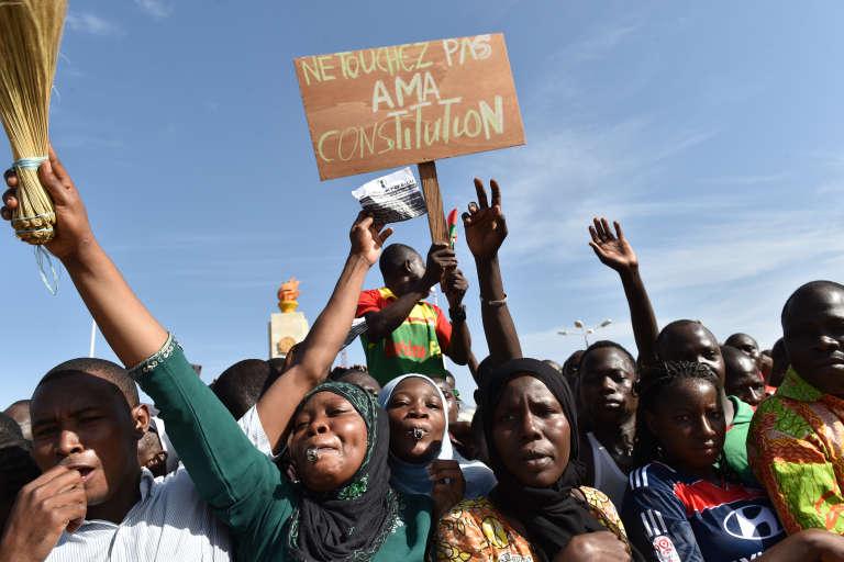 Des manifestants à Ouagadougou, au Burkina Faso, le 28 octobre 2014.