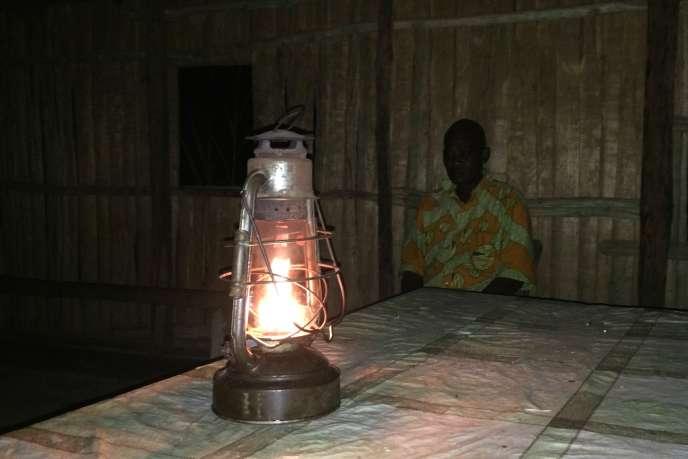 A Emone-Mekak, le chef du village, Eugène Mba Nguong, attend dans sa case éclairée par une lampe à pétrole les autres participants de notre forum improvisé.