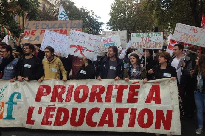 Des étudiants de l'UNEF lors de la manifestation interprofessionnelle à Paris, jeudi 8 octobre 2015.