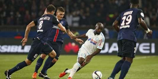 Lassana Diarra, le milieu de terrain marseillais, entouré de Parisiens lors du matche Paris-Saint-Germain - Olympique de Marseille le 4octobre2015.