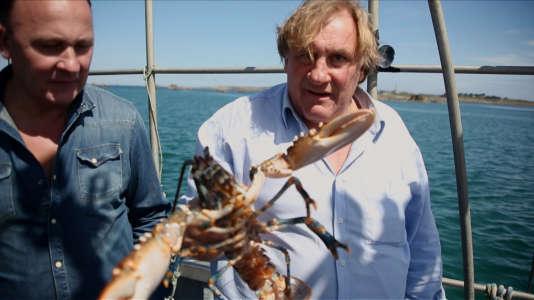 Gérard Depardieu et son ami, le chef Laurent Audiot pendant la pêche au homard sur la côte bretonne .