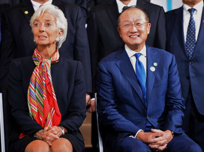 Christine Lagarde, directrice générale du FMI, et Jim Yong Kim, président de la Banque mondiale, à Lima, jeudi 8 octobre. AFP PHOTO/CRIS BOURONCLE