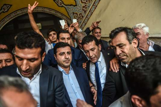 Selahattin Demirtas (au centre), le leader du parti pro-kurde HDP, le 9 octobre, à Istanbul