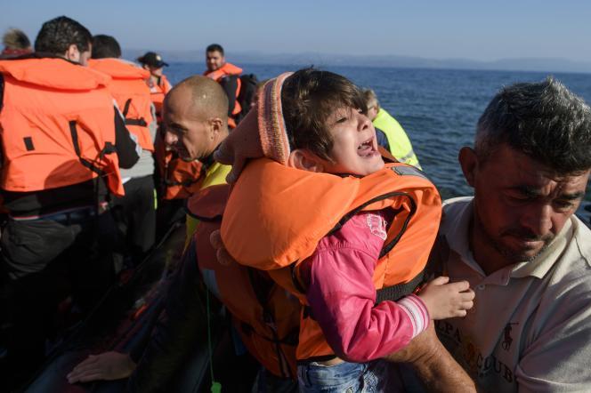 Des migrants arrivent sur l'île grecque de Lesbos, le 9 octobre, après avoir traversé la mer Egée.