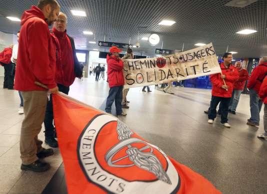 Des syndicats des chemins de fer manifestant, en octobre 2015, à la gare de Bruxelles-Midi, en Belgique.