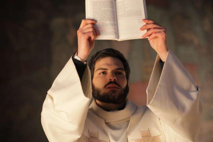 Clément Manuel interprète Guillaume Morvan, un des cinq jeunes séminaristes héros de la série.
