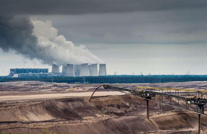 Une mine à ciel ouvert de lignite et une centrale thermique l'utilisant à Jaenschwalde en Allemagne en juin 2015.