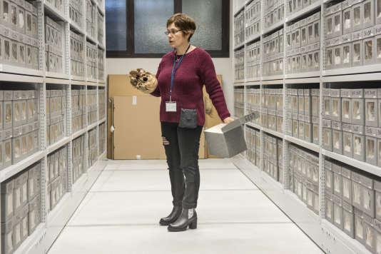Dans la réserve des crânes, Liliana Huet responsable, gestionnaire des collections d'anthropologie.
