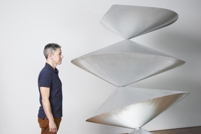 Julien Prévieux, devant sa sculpture «Pickpocket2015 », exposée au Centre Pompidou.