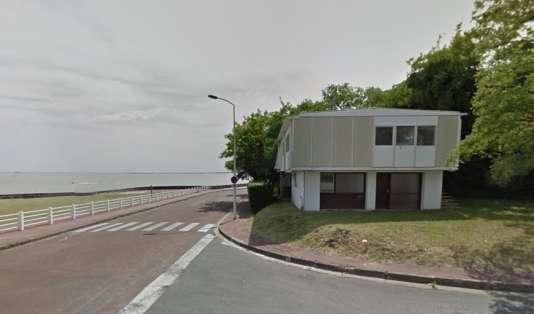La maison 8x12, dessinée par Jean Prouvé à Royan (Charente-Maritime), en bordure de l'estuaire de la Gironde.