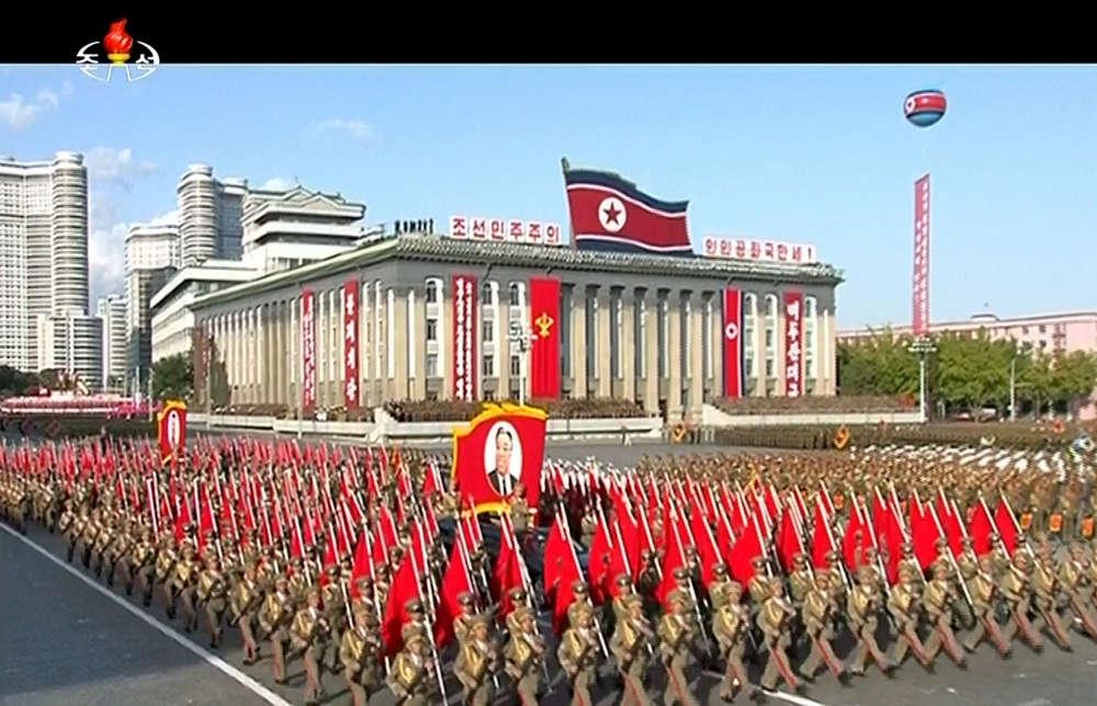 Vague après vague, des milliers de soldats marchant au pas de l'oie ont défilé sur la place Kim Il-Sung à Pyongyang, comme le montrent ces images diffusées à la télévision nord-coréenne.