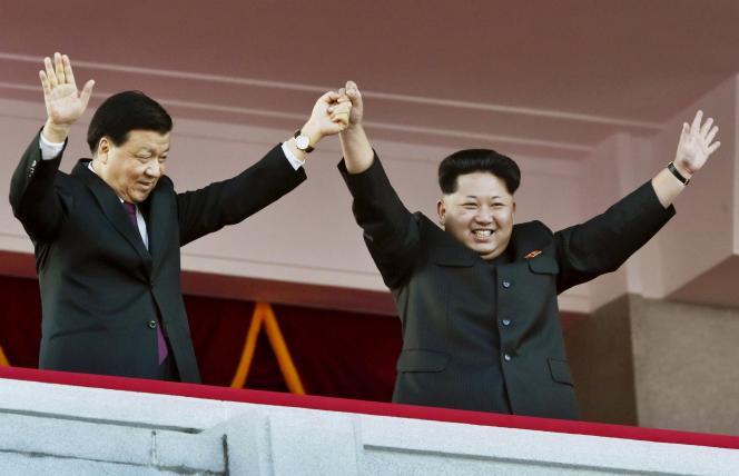 Kim Jong Un (à droite), le dirigeant actuel de la Corée du Nord, lors du 70e anniversaire du parti unique, à Pyongyang le 10 octobre.