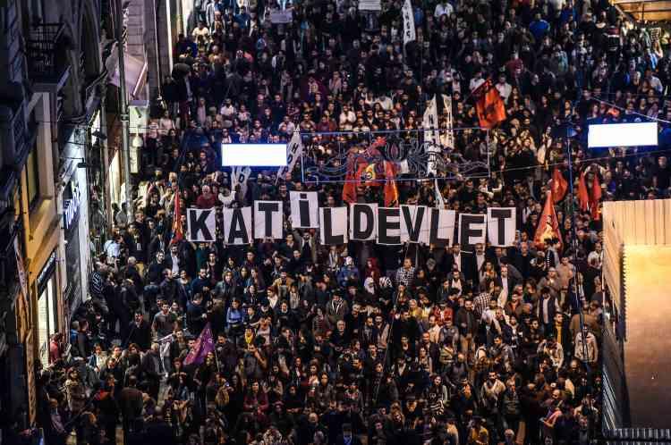 """Quelque 10 000 personnes ont dénoncé samedi soir à Istanbul la responsabilité du gouvernement dans le double attentat meurtrier d'Ankara. Ici, l'inscription """"Etat tueur"""" est brandie par la foule."""