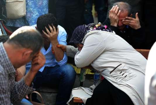 Des proches de victimes de l'attentat à l'extérieur d'un hôpital d'Ankara en Turquie le10octobre2015.