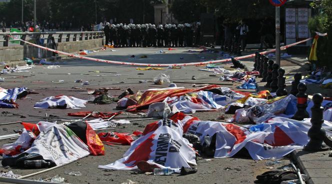 A Ankara, après l'attentat qui a eu lieu lors d'une manifestation pour la paix organisée par l'opposition prokurde le samedi 10 octobre.