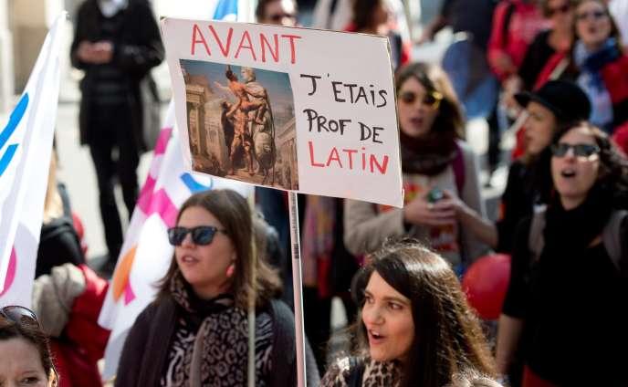 Sur la pancarte : «Avant, j'étais prof de latin», lors de la manifestation contre la réforme du collège, samedi 10 octobre à Paris.