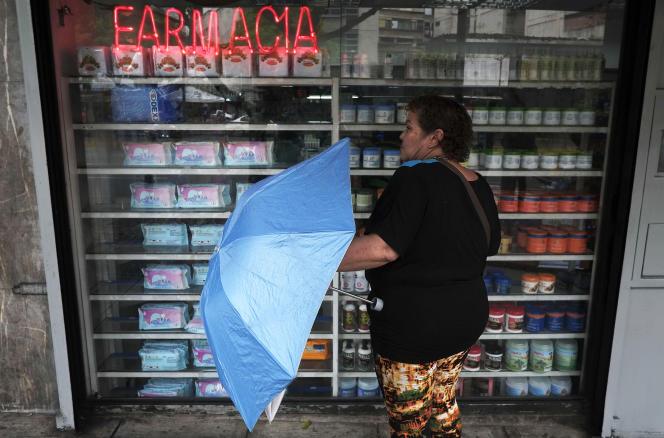 Devant une pharmacie, dans les rues de Caracas