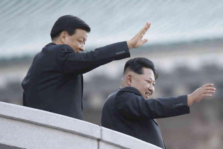 """Kim Jong Un (à droite) a déclaré à cette occasion : """"Nos forces armées sont capables de faire face à toute guerre provoquée par les Etats-Unis."""" Ici en présence du seul dignitaire étranger présent aux festivités, un membre de haut niveau de la direction chinoise."""