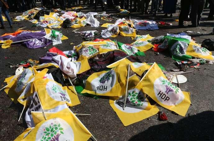 Les corps des victimes de l'attentat d'Ankara ont été recouverts de drapeaux aux couleurs du HDP.