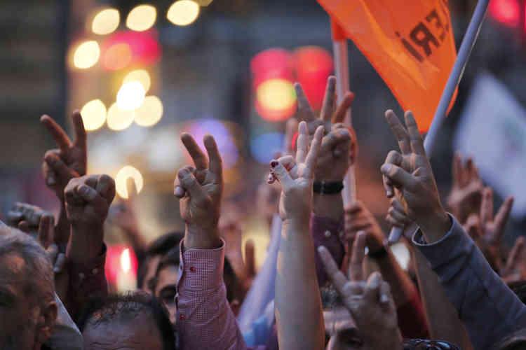 """""""Erdogan meurtrier"""" ou """"La paix l'emportera"""" ont été scandés sur l'avenue Istiklal, la grande artère piétonne située au coeur de la partie européenne d'Istanbul."""
