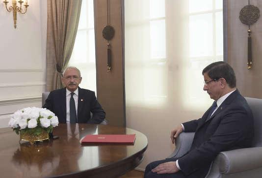 Le premier ministre Ahmet Davutoglu (àdroite) reçoit le chef de l'opposition dimanche 11 octobre à Ankara.
