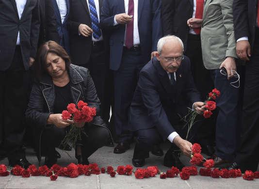 Le chef de file du principal parti de l'opposition, le Parti républicain du peuple (CHP) Kemal Kilicdaroglu et son épouse lors d'un hommage aux victimes de l'attentat d'Ankara samedi 10 octobre.