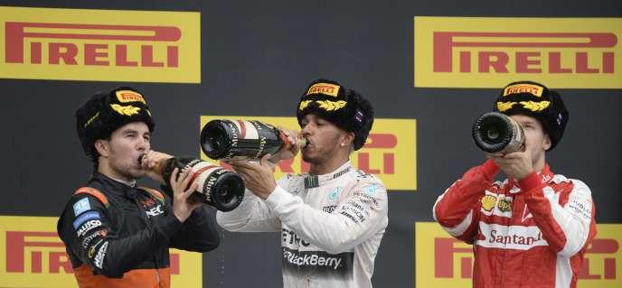 Lewis Hamilton (au centre), Sebastian Vettel et Sergio Pérez, dimanche à Sotchi.