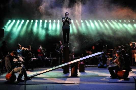 L'un des moments du spectacle « La Toile » par le Surnatural Orchestra, le Cirque Inextremiste et Tatiana-Mosio Bongonga.