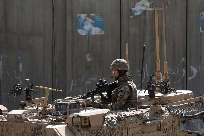 Un soldat britannique, à Kaboul le 11 octobre, à l'endroit où un convoi britannique a été attaqué, blessant trois civils afghans mais sans faire de victime britannique.