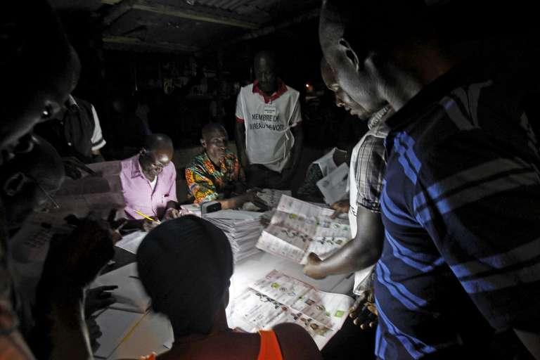 Le dépouillement a débuté tard dimanche soir (ici, à Conakry).
