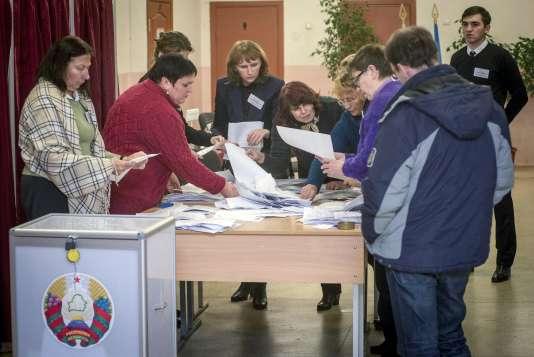 Dépouillement après l'élection présidentielle en Biélorussie, le 11octobre.