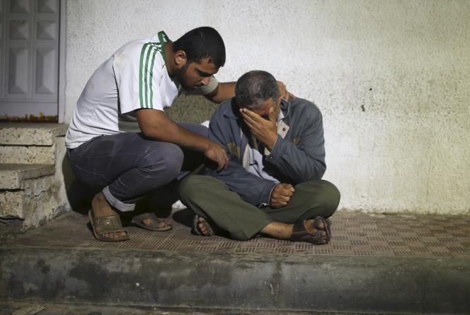 Des proches de la femme palestinienne et de sa petite fille tuées lors d'un raid israélien à Gaza, dimanche 11 octobre, devant la morgue de l'hôpital.