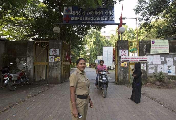 Une agente de sécurité devant un hôpital spécialisé dans la lutte contre la turberculose, à Mumbai, en Inde, le 28 septembre 2015.