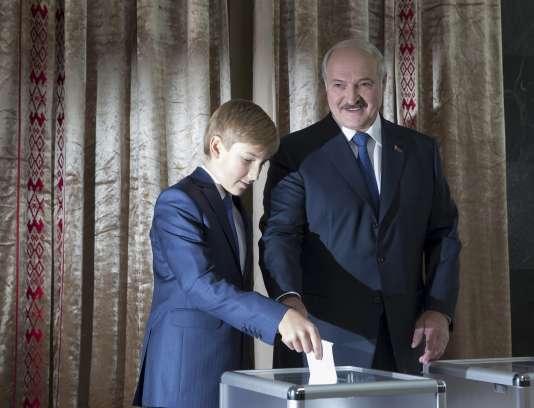 Le président Alexandre Loukachenko et son fils Nikolaï, lors de l'élection présidentielle à Minsk en Biélorussie, dimanche 11 octobre.