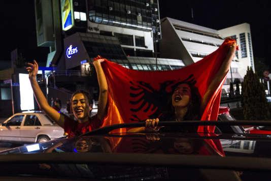 Des fans albanaises fêtent la qualification de leur équipe nationale pour l'Euro 2016